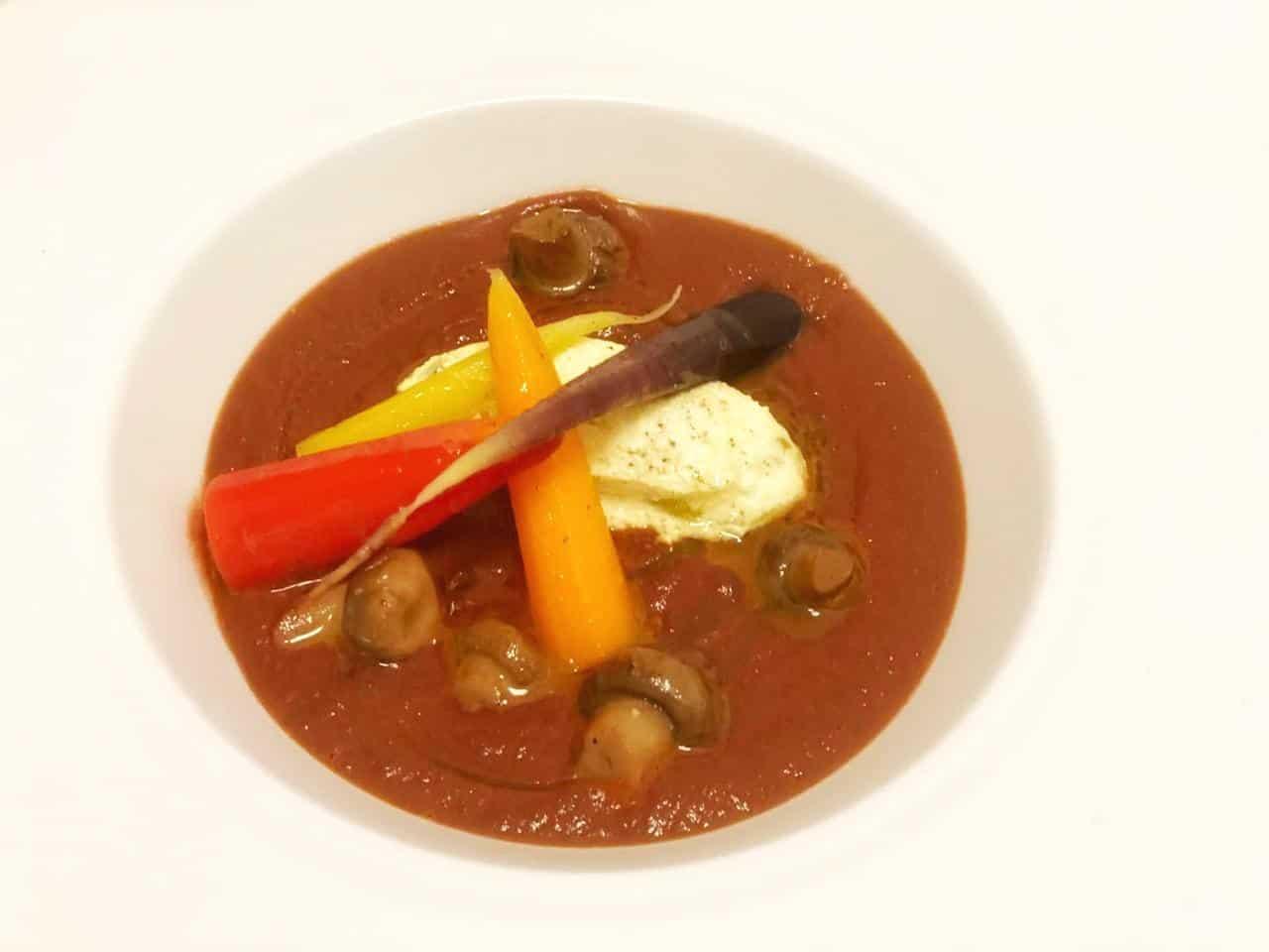Zuppa di carote con spuma di ricotta e funghi grigliati